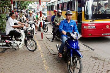 Đi xe máy lên vỉa hè bị xử phạt như nào?